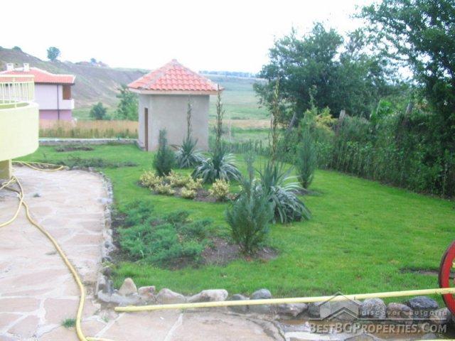 Casa con giardino alla francese e da una piscina - Giardino francese ...
